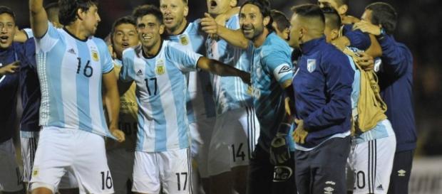 Jogadores do Atlético Tucumán comemorando a classificação para a próxima fase da Libertadores (Foto: AFP)