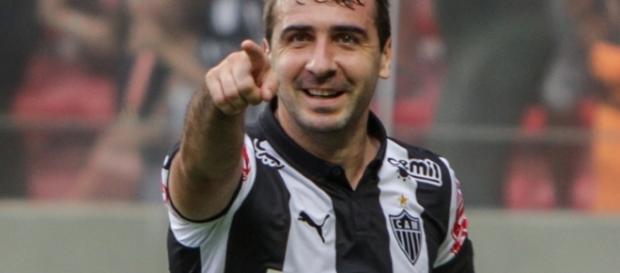 Pratto está chegando para assumir a camisa 9 e resolver os problemas ofensivos do São Paulo.