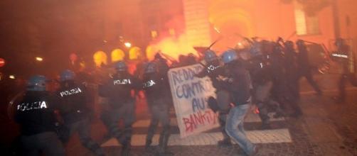 Scontri e cariche al corteo di protesta a Bologna - repubblica.it