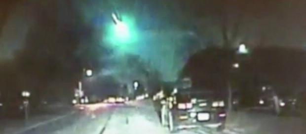 Cãmeras policiais registram a queda do meteoro na cidade de Lisle em Illinois. Reprodução: Twitter.