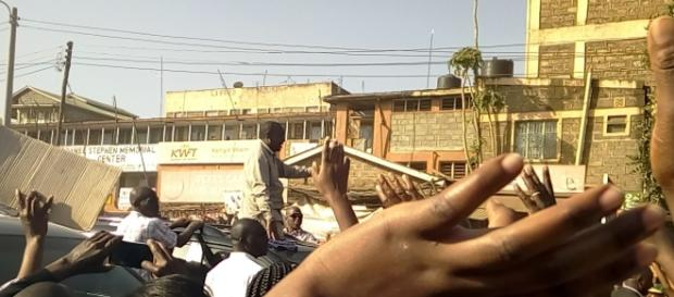 President Kenyatta acknowledges greetings from Kahawa West Residents in Nairobi_By Nicholas Waigwa