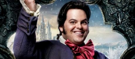 Pôster de divulgação do filme ''A Bela e a Fera'' com o personagem gay LeFou. Divulgação: Disney.