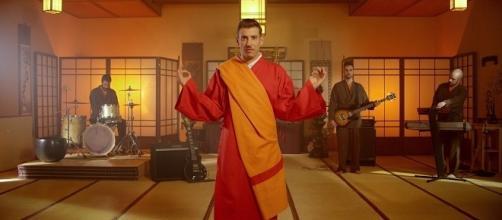 "Francesco Gabbani nel video di ""Occidentali's Karma""."