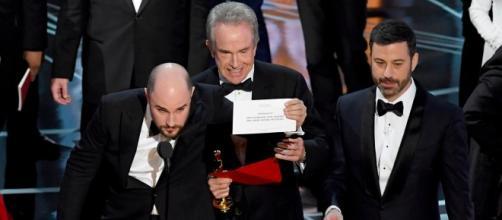 Warren Beatty e Jimmy Kimmel mentre spiegano l'errore al team di La La Land.