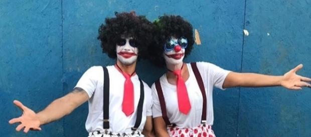 Ivete e seu marido vestidos de palhaço no carnaval