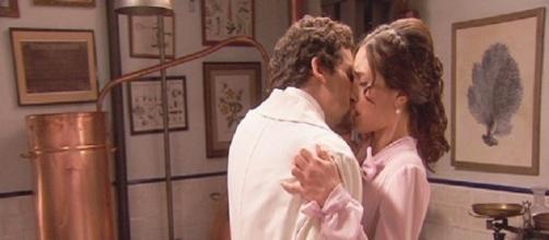 Elias bacia Camila, la moglie di Hernando.