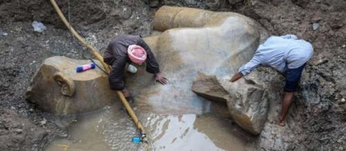 Frammenti della statua di Ramses II, sepolta dal fango alla periferia del Cairo