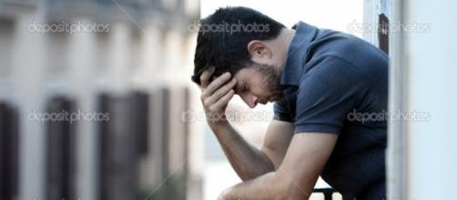 Hombre joven en balcón en depresión sufren dolor y crisis ... - depositphotos.com