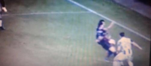 Le immagini evidenziano che il terzino del Milan non ha colpito il pallone con la mano