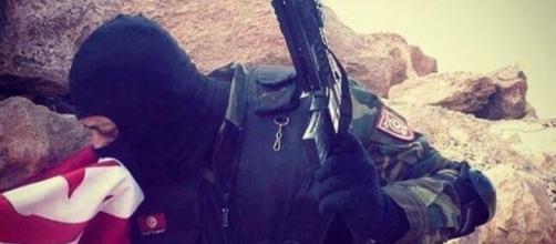 Soldato tunisino bacia la bandiera dopo aver liberato Ben Guerdane dai terroristi