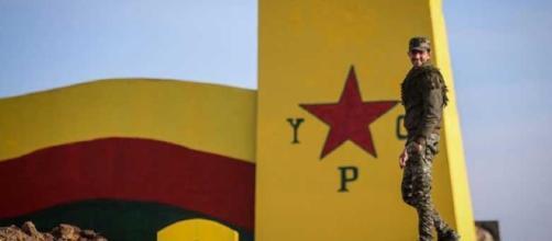 Un militare delle YPG kurde verso Raqqa