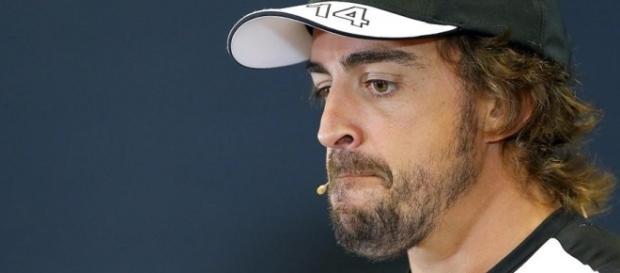 Alonso, visiblemente contrariado, ante la falta de rendimiento de su monoplaza