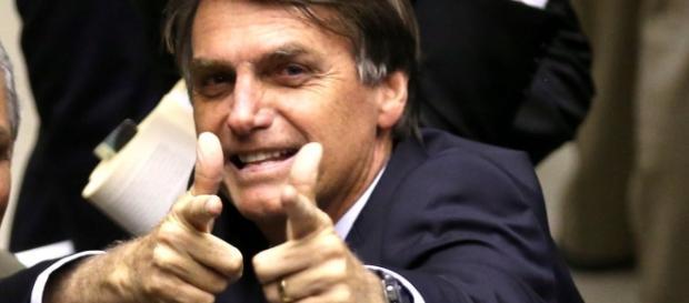 Bolsonaro rouba a cena ao prometer ministério 50% militar