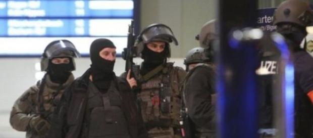 Focuri de armă într-un bar din Basel. Atac cu toporul în gara din Dusseldorf
