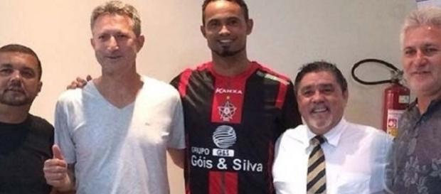 Goleiro Bruno (centro) se reuniu com a diretoria do Boa Esporte