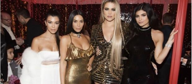 Kourtney, com Kim, Khloe e a caçula Kylie