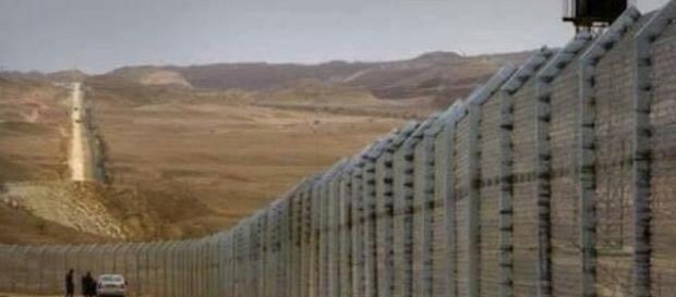 Mexico Wall. Image via Snopes.com