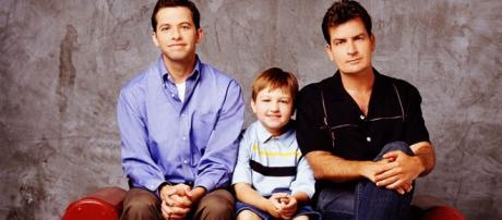 """Cena de """"Two and Half Men"""", que está na lista das10 séries de TV para os homens assistirem"""