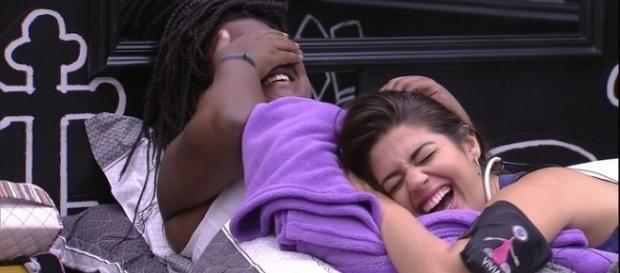 Roberta e Vivian planejam reações contra Emilly depois que o muro for retirado