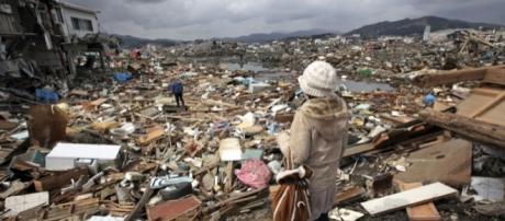 Donna che osserva il disastro causato dal maremoto in un villaggio del #Tohoku, #Giappone,