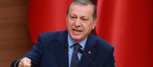 Presidente da Turquia, Recep Tayyip Erdogan, discursa contra o governo holandês após incidente diplomático