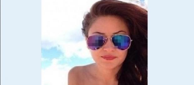A jovem posta foto com reflexo.