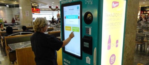 Máquina troca garrafas por dinheiro