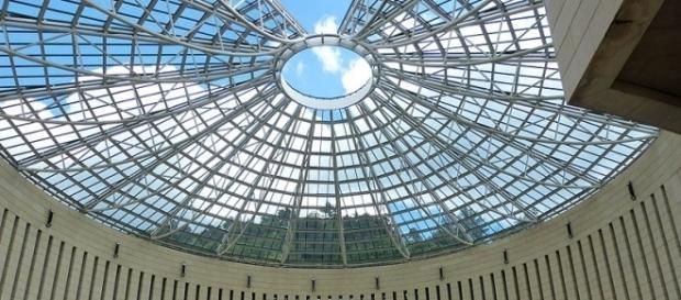 MART, cupola di vetro ed acciaio che sovrasta la piazza antistante l'ingresso del museo.