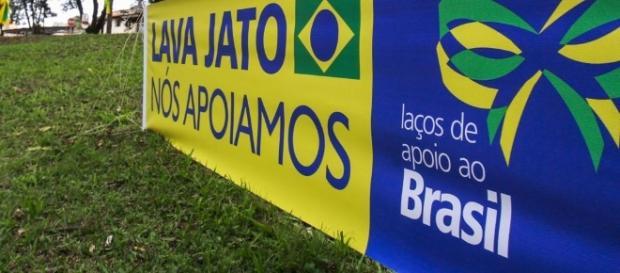 Grupo de apoio à Lava Jato está acampado em frente ao prédio da Justiça Federal do Paraná