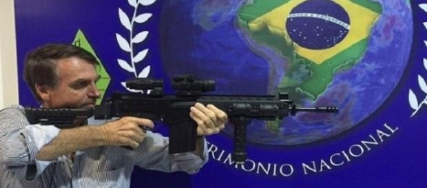 Jair Bolsonaro quer acabar com o feminicídio dando armas para mulheres cometerem homicídio