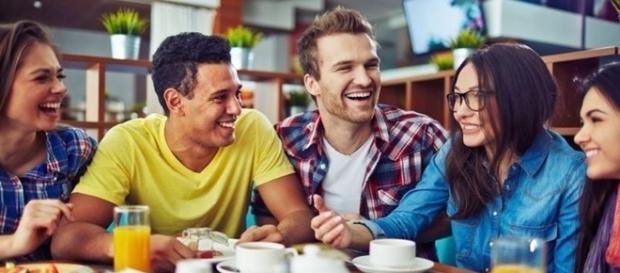 Se seu namorado tiver essas atitudes na presença de amigos, melhor prestar atenção na relação