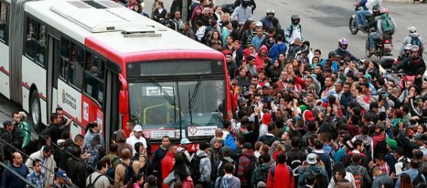 Transporte público circula com uma pequena parte da frota