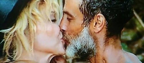Isola dei Famosi: bacio tra Paola Barale e Raz Degan