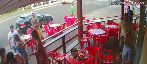 Scopre compagno e amante in un bar: li picchia