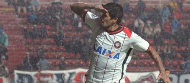 Lucho Gonzalez comemora gol contra San Lorenzo