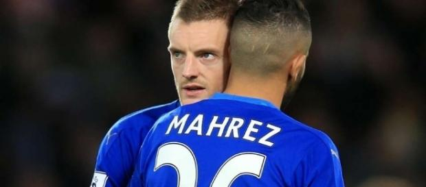 Mahrez, obiettivo della Juventus, abbraccia il compagno di squadra Vardy