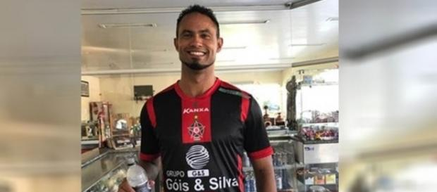 O mais novo contratado do Boa Esporte posa sorridente com a camisa do clube