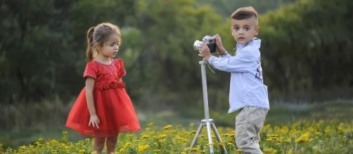 Bambini alle prese con una fotocamera digitale