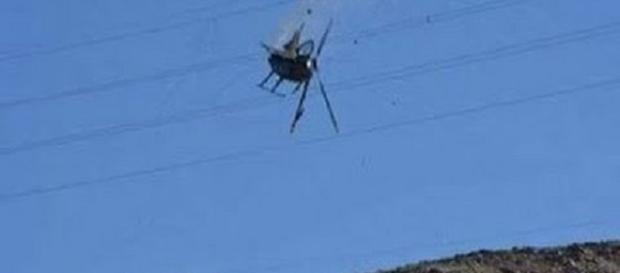 Helicóptero cai ao tocar em fio de alta tensão e explode.