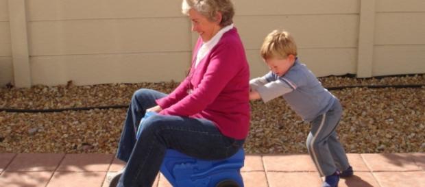 Nonna e nipote in una scena di vita quotidina