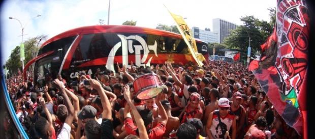 Torcida do Flamengo repete invasão a aeroporto no embarque