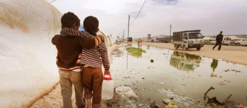 Una commovente immagine della guerra siriana dove i bambini sono tra le vittime principali