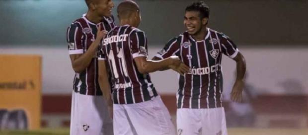 Sornoza, de frente, marca o terceiro gol do Fluminense na vitória sobre o Criciúma pela Copa do Brasil (Foto: Celso Pupo/Fotoarena)
