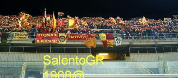 Tifosi del Lecce a Taranto. Foto Salento Giallorosso.