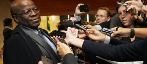 Barbosa ao anunciar aposentadoria é assediado pela imprensa