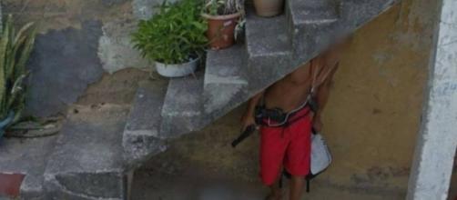 Homem é flagrado com duas armas pelo Google Street View.