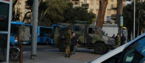 militari e carabinieri con i mitra spianati alla stazione di Ostia