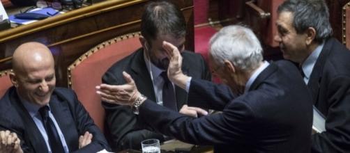 Minzolini festeggiato in aula dai colleghi senatori dopo il voto favorevole