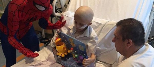 Filip, băiatul bolnav de leucemie și aflat pe moarte, a cărui ultim vis este să fie îngropat lângă mama lui - Foto: Daily Mail via PA Real Life