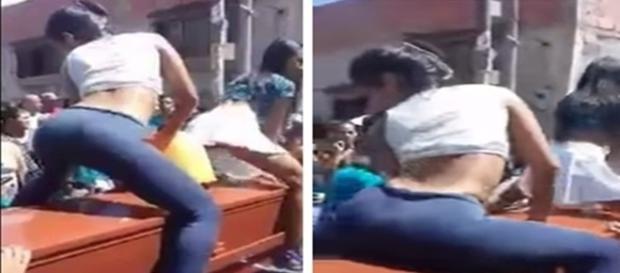Na imagem é possível ver duas mulheres encima do morto dançando um ritmo conhecido como 'reggaeton', elas foram aplaudidas pelos presentes.